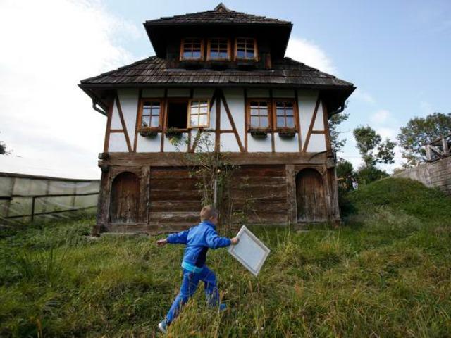 bosnia-boy-house-ap.jpg
