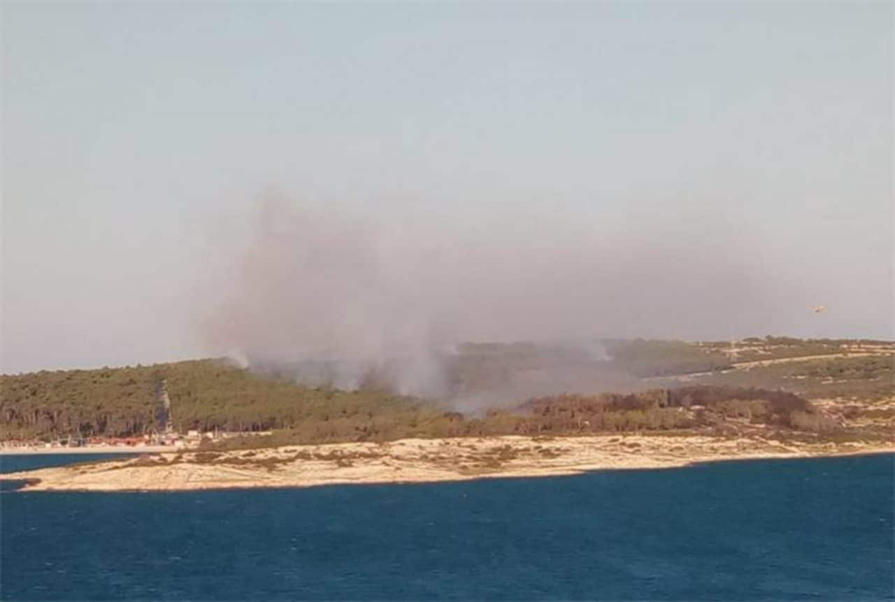 Pag Island fire in Croatia forces Zrce beach party-goers' evacuation today