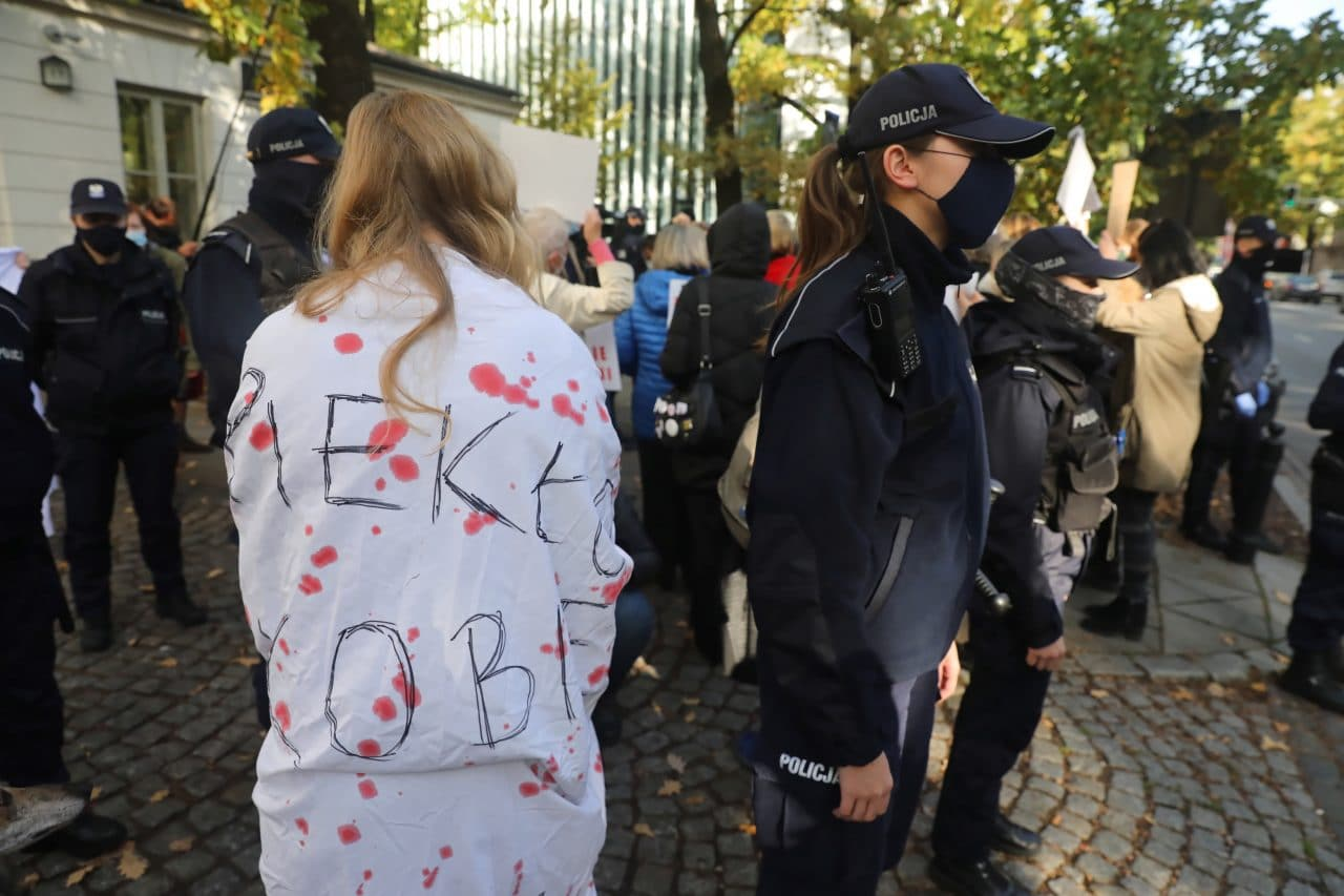 Poland abortion ruling: Police use pepper spray against protesters
